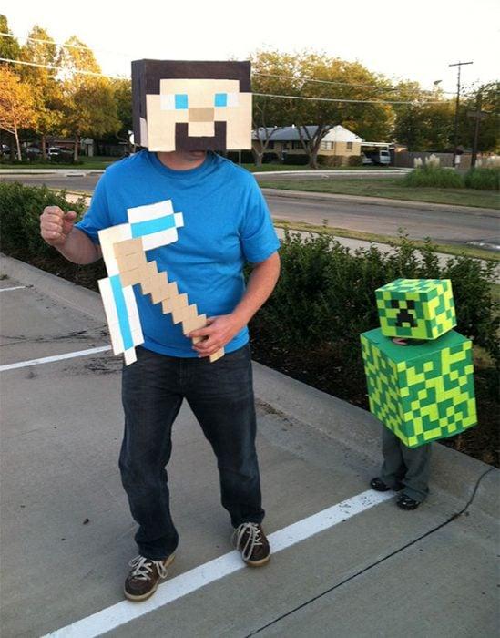 Papá e hijo disfrazados de Minecraft