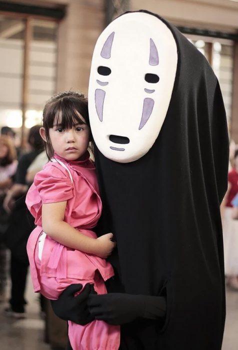 padre e hija disfrazados de Chihiro y Sin Cara