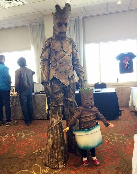 padre e hijo disfrazados de Grooy y bebé Groot