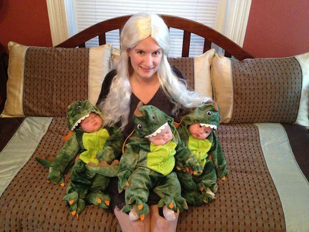 Mamá y trillizos disfrazados de Daenerys Targaryen y dragones