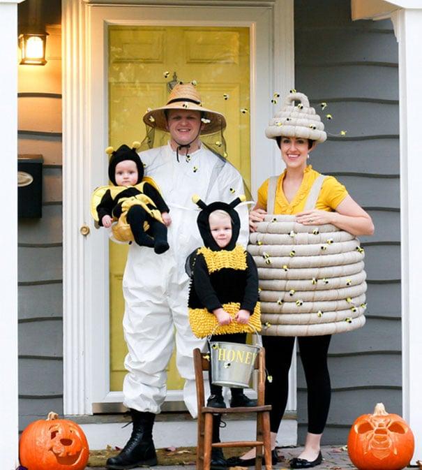 Papás e hijos disfrazados de apicultores y abejas