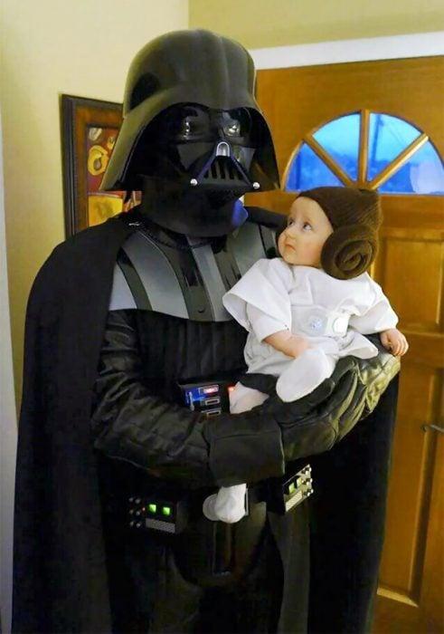Padre e hija disfrazados de Darth Vader y princesa Leia