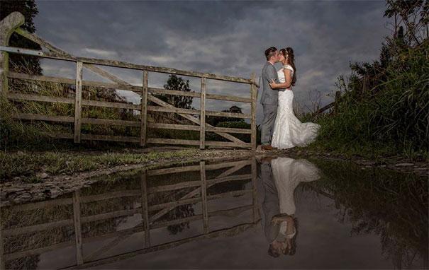 pareja se besa con paisaje al fondo