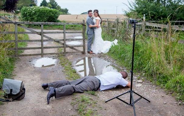 fotógrafo en el suelo tomando foto a novios