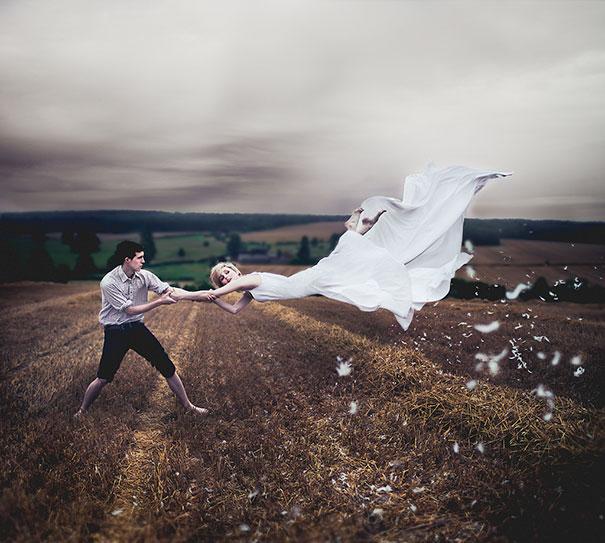pareja chica levitando