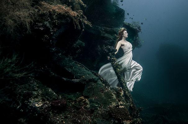 chica posando en el fondo del mar
