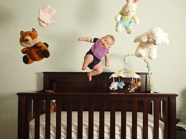 bebé y muñecos flotando