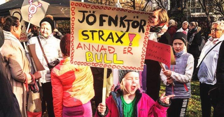 niña con cartel feminista
