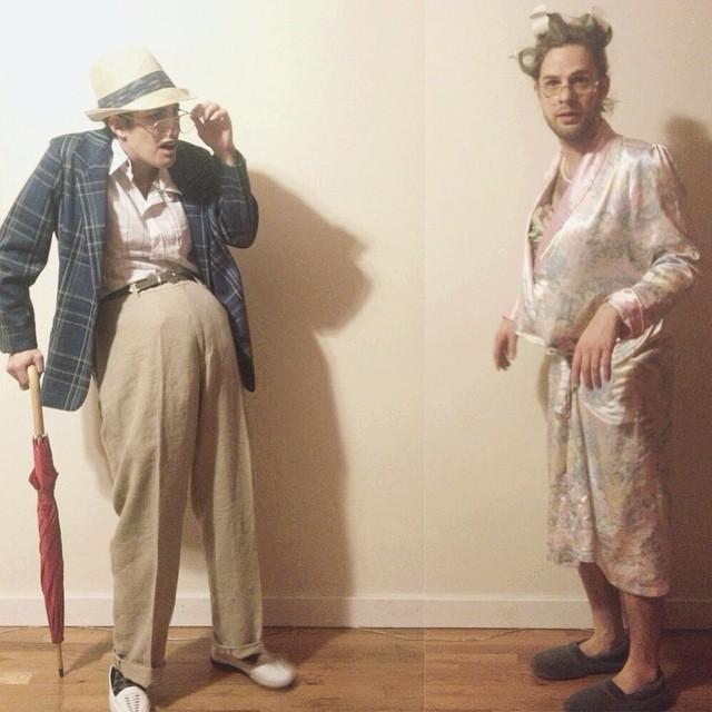 pareja disfrazada adultos mayores