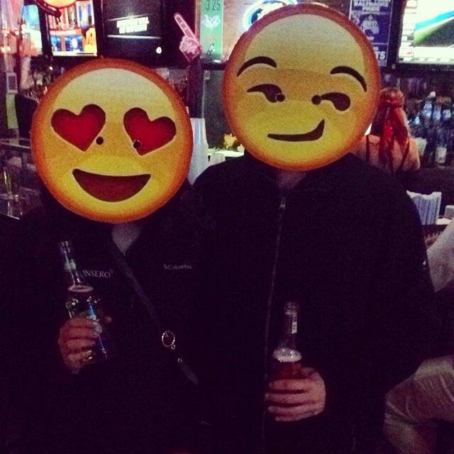 pareja disfrazada de emoji
