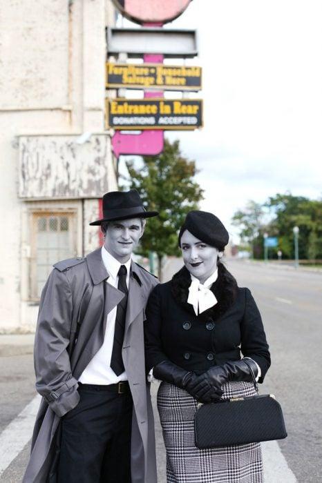 pareja disfrazada de bonnie y clyde blanco y negro