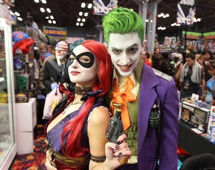 pareja disfrazada de Harley Quinn y Guasón