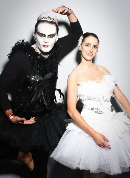 pareja disfrazada de cisne negro y cisne blanco