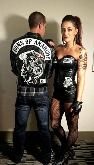 pareja disfrazada de sons of anarchy