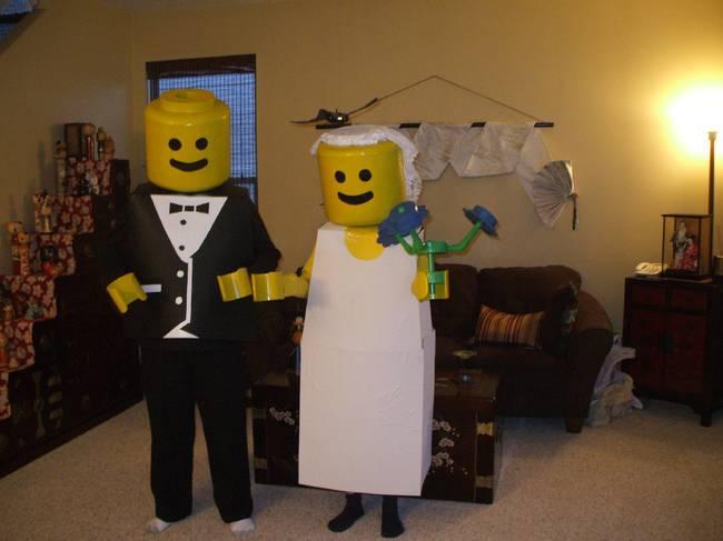 pareja disfrazada de legos