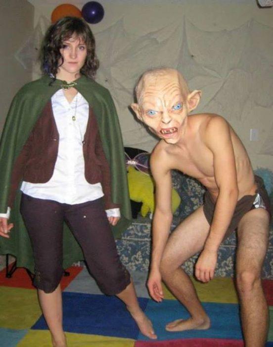 pareja disfrazada de frodo y gollum