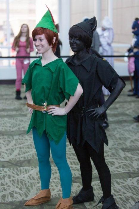 pareja disfrazada de Peter Pan y su sombra