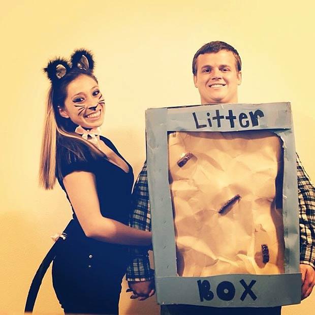 pareja disfrazada de gata y caja de arena