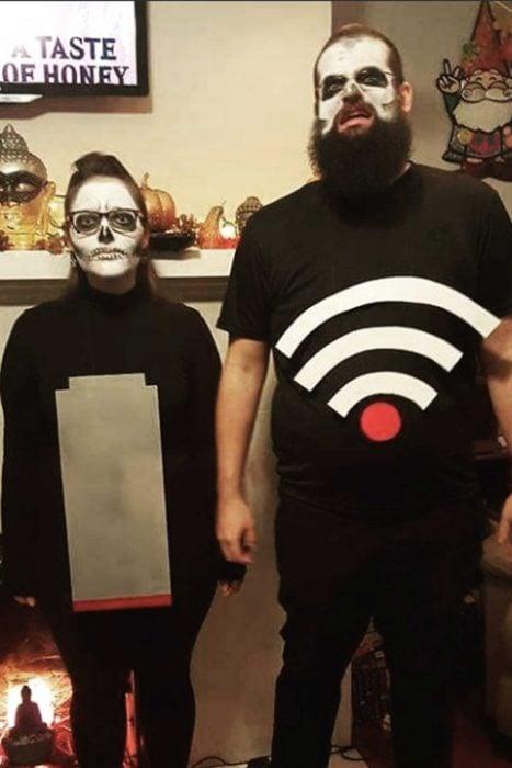 pareja disfrazada de batería baja y señal WIFI débil