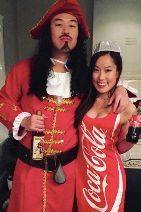 pareja disfrazada de ron y coca cola
