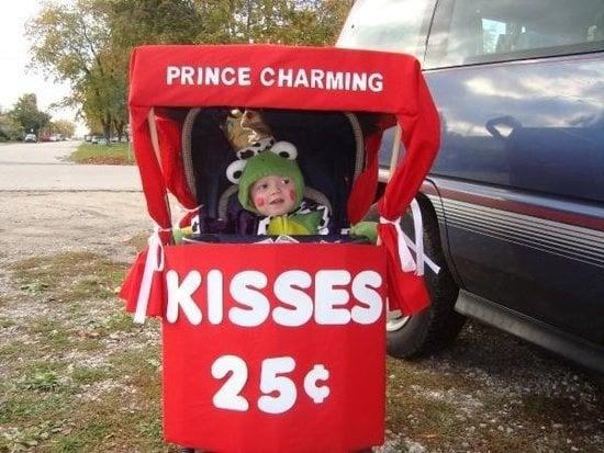 bebé disfrazado de rana en puesto de besos