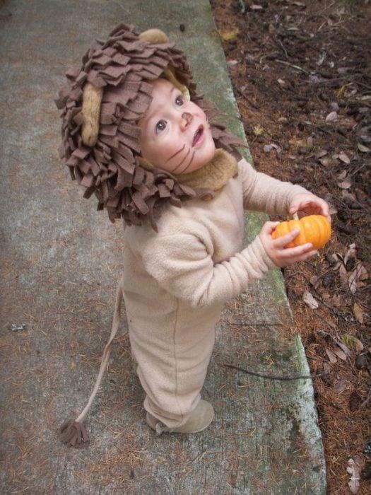 bebé disfrazado de león