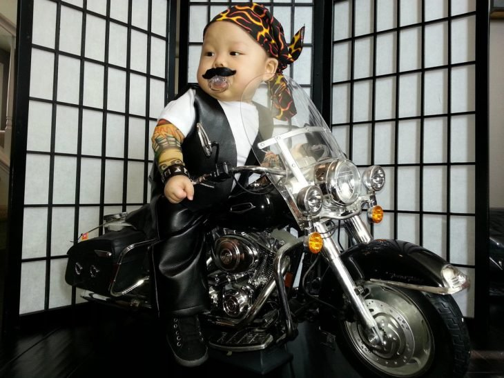 bebé disfrazado de motociclista