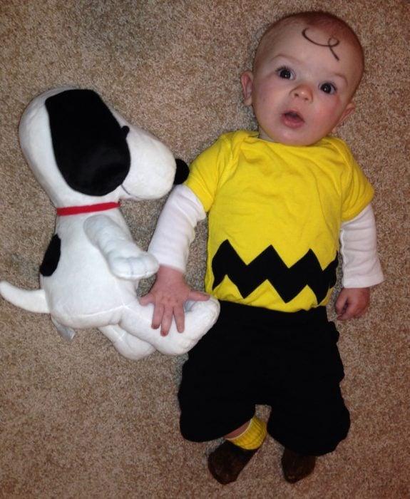 bebé disfrazado de Charlie Brown