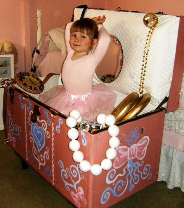 niña pequeña disfrazada de bailarina en cajita de joyas