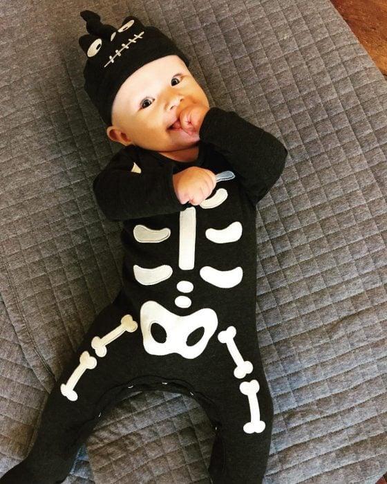 bebé disfrazado de esqueleto