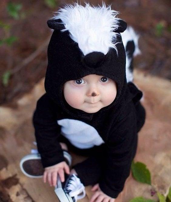bebé disfrazado de zorrillo