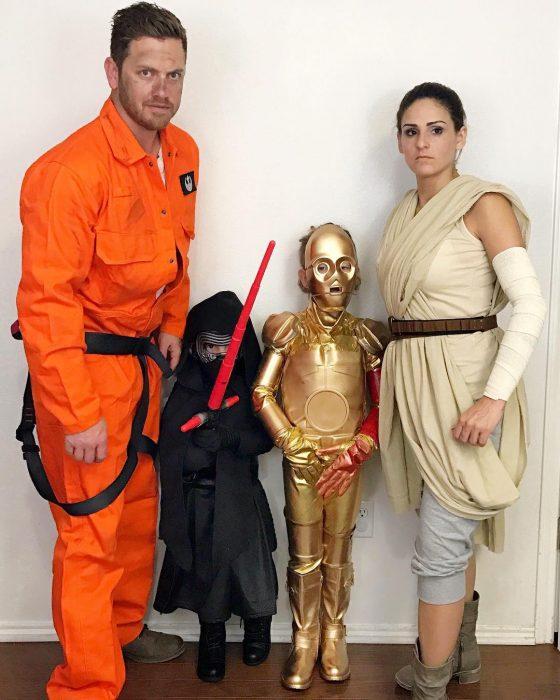 familia disfrazados de personajes de la guerra de las galaxias