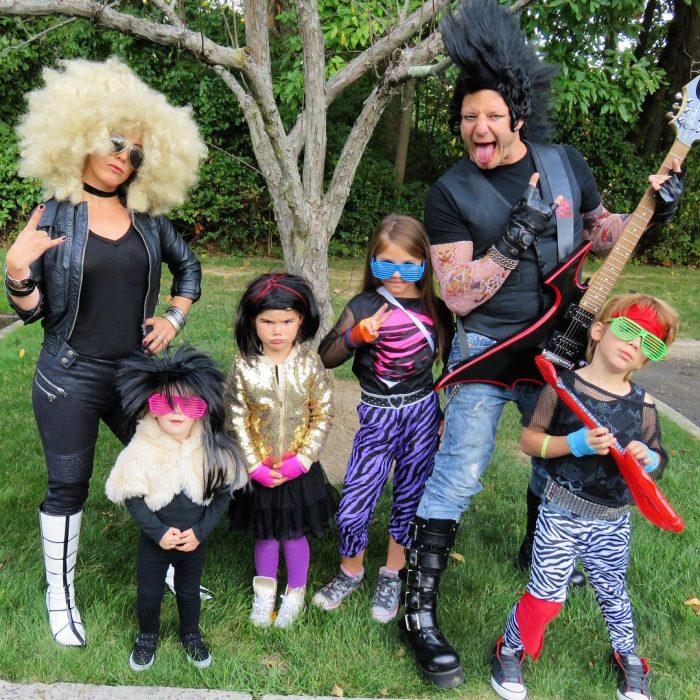 familia disfrazada de rockeros