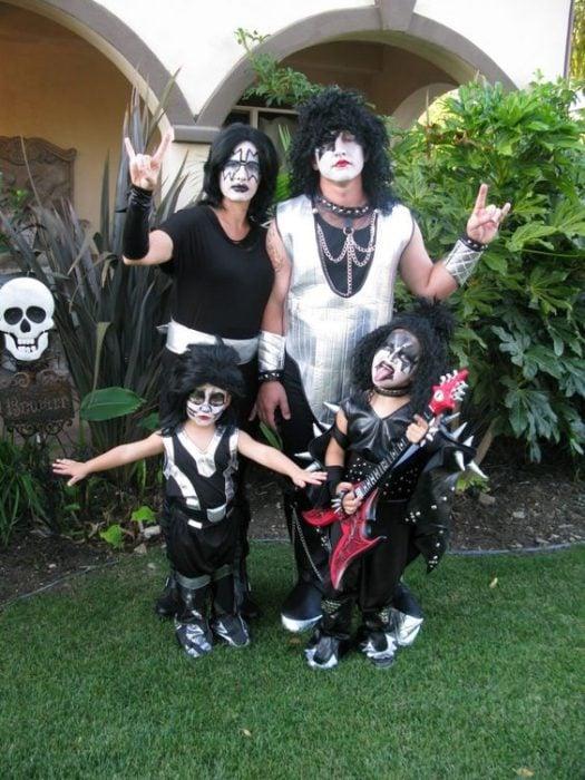 familia disfrazada de kiss