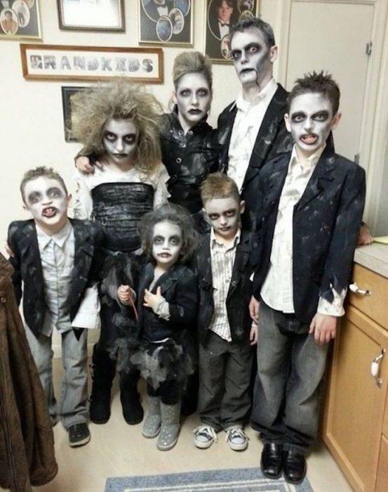familia disfrazada de zombies