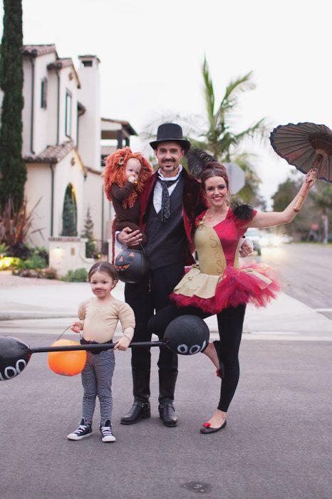 familia disfrazada de personajes de circo