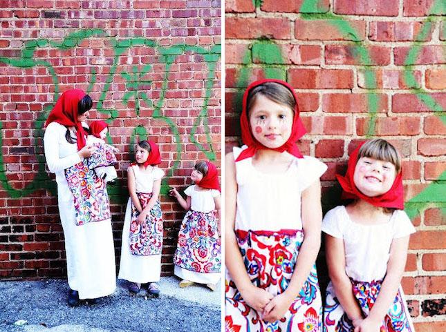 madre e hijas disfrazadas de muñecas rusas