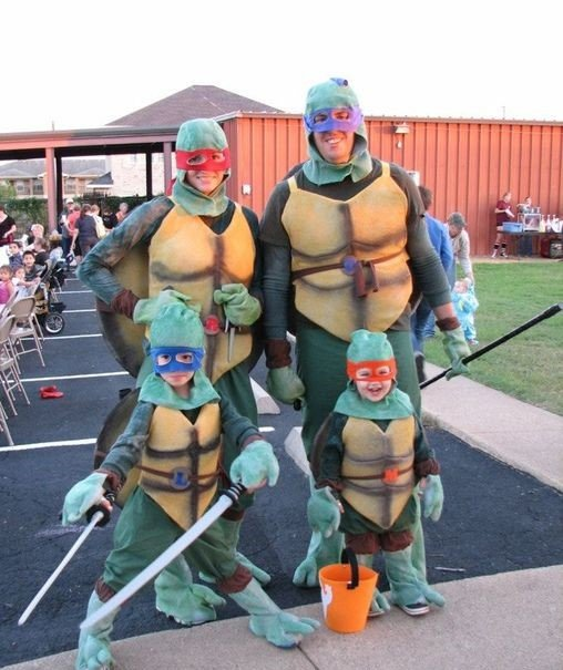 familia disfrazada de tortugas ninja