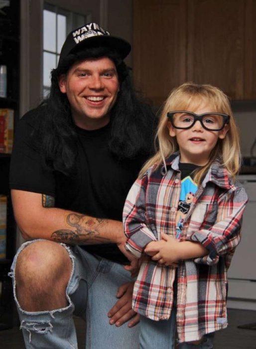 padre e hijo disfrazados de Wayne's World