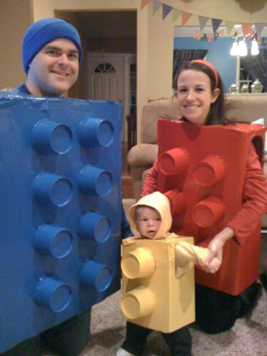 familia disfrazada de bloques Lego