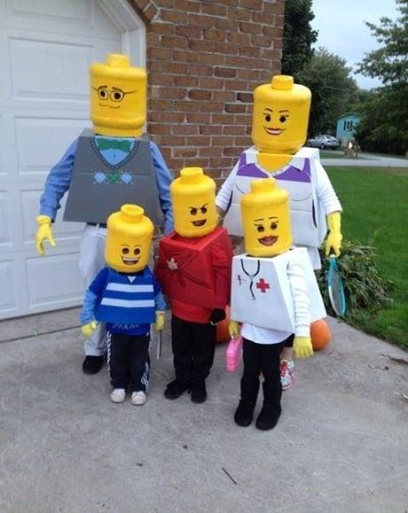 familia disfrazada de legos
