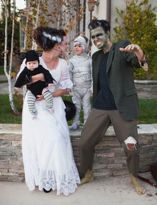 familia disfrazada de monstruos