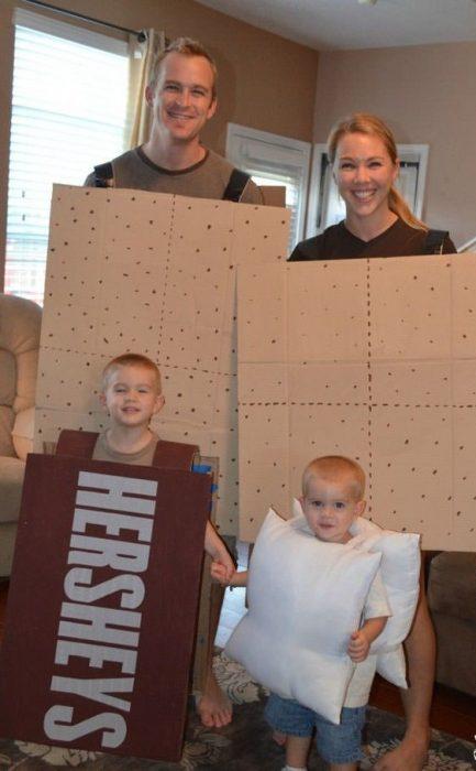 familia disfrazada de Hershey's