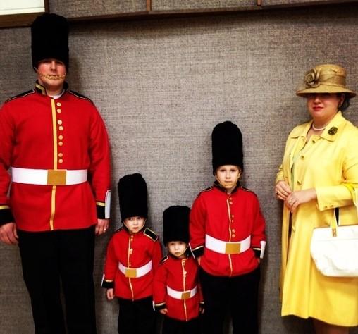 familia disfrazada de guardia real y reina de Inglaterra