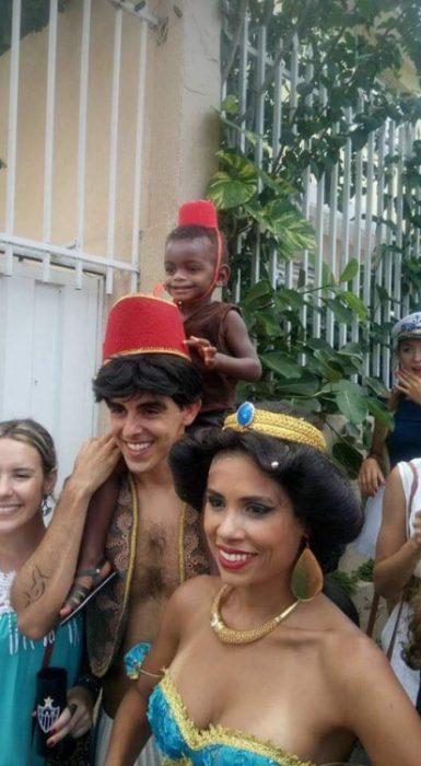 familia disfrazada personajes de Aladdin