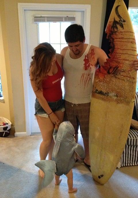familia disfrazada de personajes Tiburón