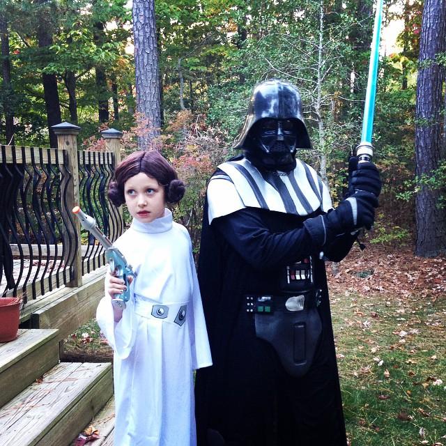 padre e hija disfrazados princesa Leia y Darth Vader