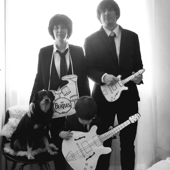 familia disfrazada de The Beatles