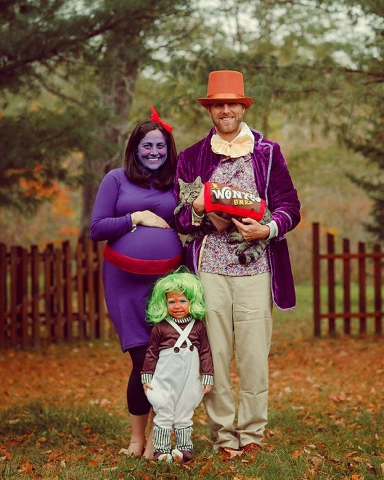familia disfrazada de personajes de Willy Wonka