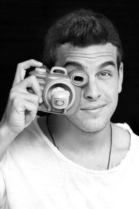 Mario Casas tomando una fotografía.